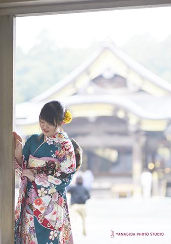 彌彦神社 拝殿前 成人振袖.jpg